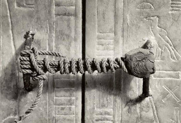 These 15 Incredibly Rare Historical Photos Will Leave You Speechless - The unbroken seal On Tutankhamen's Tomb, 1922 (3,245 years untouched).