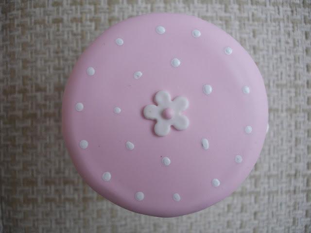 Coelhinha, vridro decorado em biscuit (tampa)