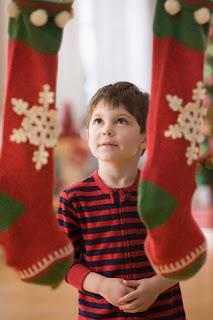 Copil care asteapta darurile de la Mos Craciun