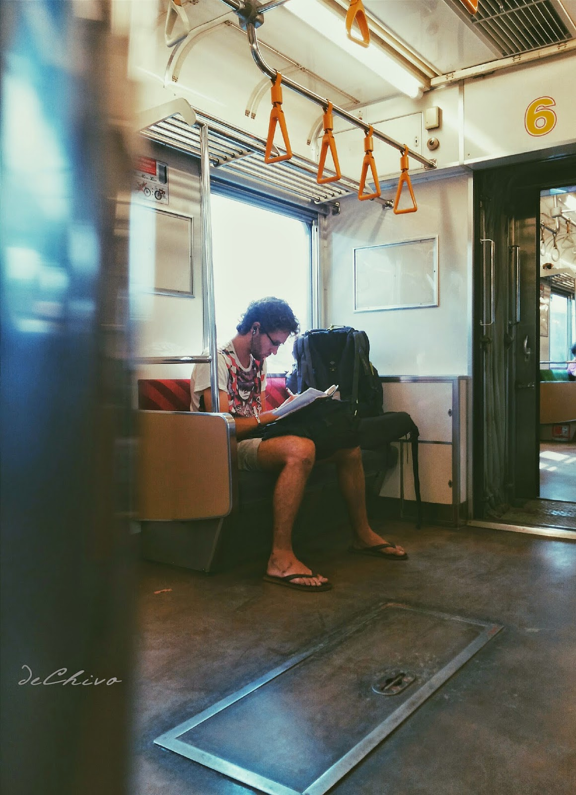 Turis_Backpacker_Naik_Commuter Line_Jakarta_Bogor