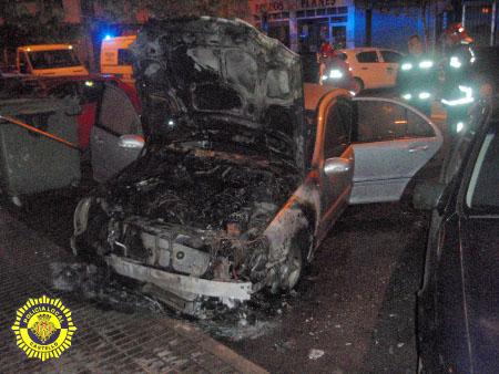 La Policía Local y los Bomberos intervienen en el incendio de un vehículo estacionado
