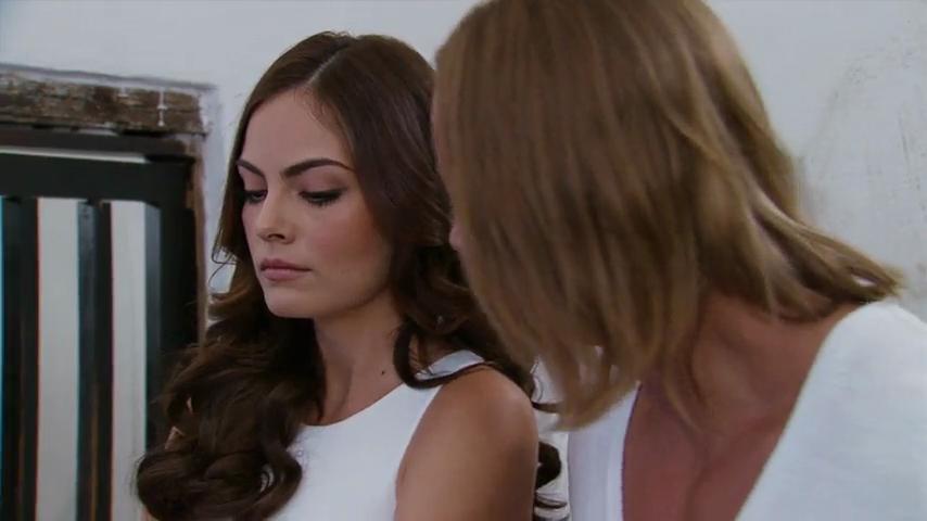 Mercedes (Daniela Romo) se encuentra con Beatriz (María Sorté), ella ...