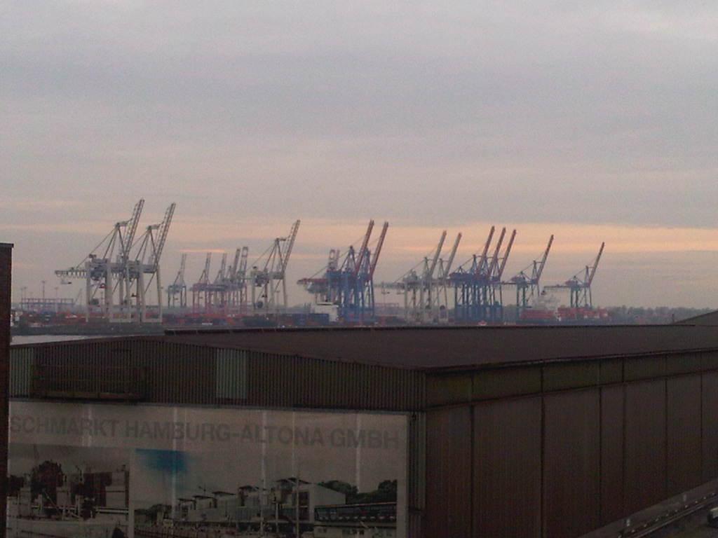 Blick über den Fischmarkt zu den Kränen im Hafen Hamburg