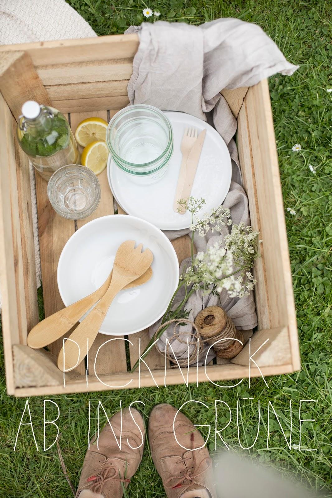 Picknick mit Reissalat und weißem Milchreis mit Erdbeeren