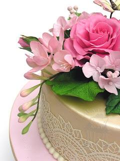 Hortensien und Freesien aus Blütenpaste auf Geburtstagstorte
