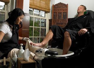 Homem fazendo pedicure - Pés Masculinos