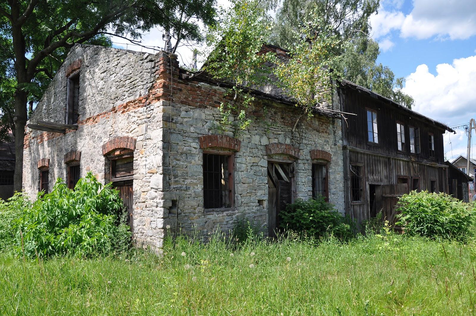 Końskie, ul. Gimnazjalna 37b. Widok młyna od strony wschodniej i południowej. Czerwiec 2014, foto. KW.