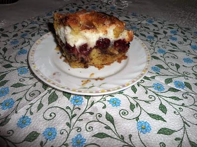 Kruche ciasto z budyniową pianką, wiśniami i agrestem.