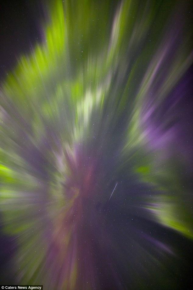 Gambar meteor di celah aurora