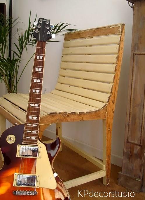 Decorar con objetos vintage. sillas, butacas y bancos de madera antiguos