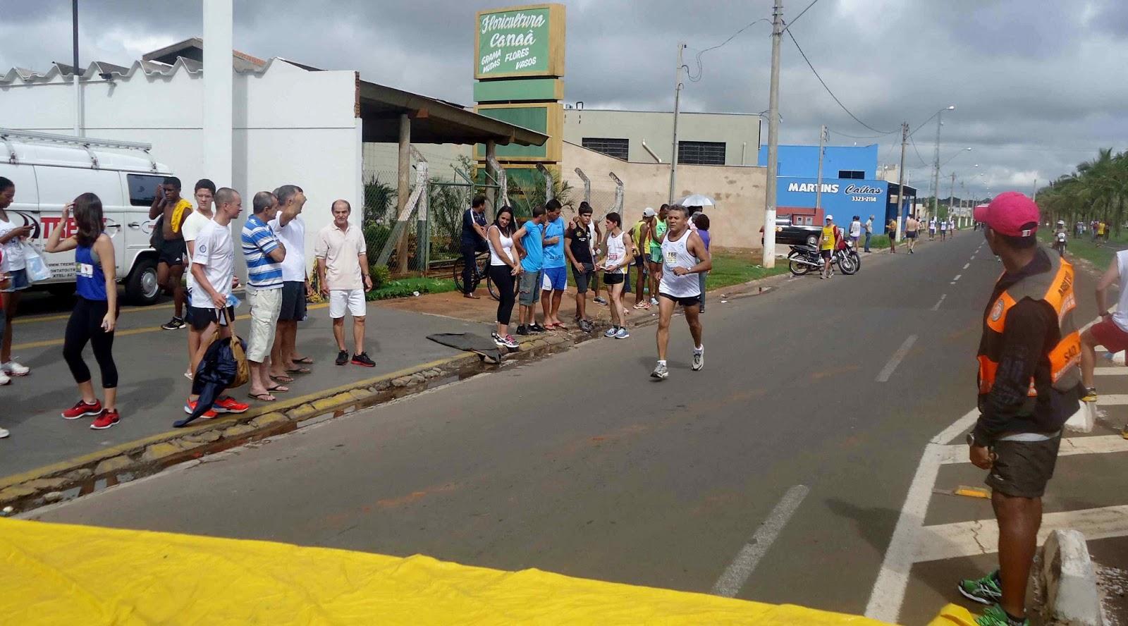 Foto 165 da 1ª Corrida Av. dos Coqueiros em Barretos-SP 14/04/2013 – Atletas cruzando a linha de chegada