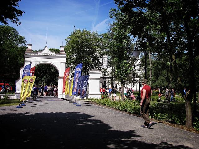 Wejście do zespołu parkowo-pałacowego w Poddębicach oraz do Parku Zmysłów