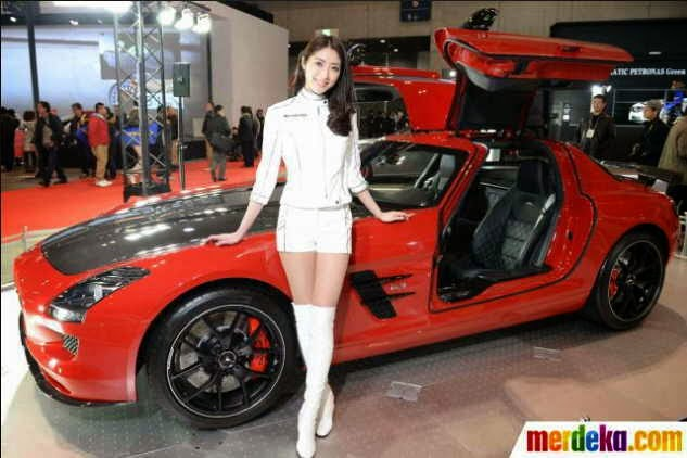 gambar wanita spg cantik pendamping mobil mewah