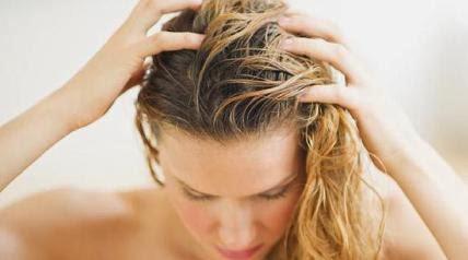 Homemade_treatment_for_itchy_scalp woman take bath shower - قناع طبيعي لعلاج حكة الرأس - امرأة تستحم