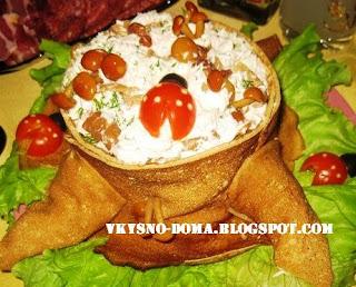 Салат с курицей и опятами