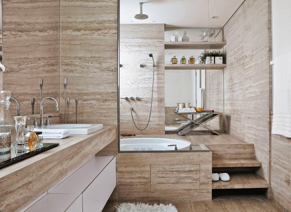 decoracao banheiro todo branco:Outro banheiro revestido inteiro com mármore travertino, porém com