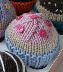 http://translate.google.es/translate?hl=es&sl=en&u=http://patchworkchickens.blogspot.nl/2012/07/pattern-for-knitted-cup-cakes-or-buns.html&prev=search
