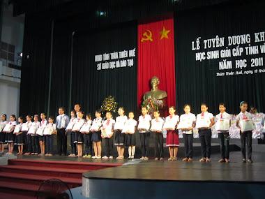 Học sinh nhận thưởng học sinh giỏi tỉnh và quốc gia 2011-2012