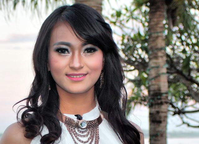 Öuň Lïn, jeune étudiante cambodgienne et mannequin occasionnel pour  le magazine ''Justeen'' de Tiger Groups Media