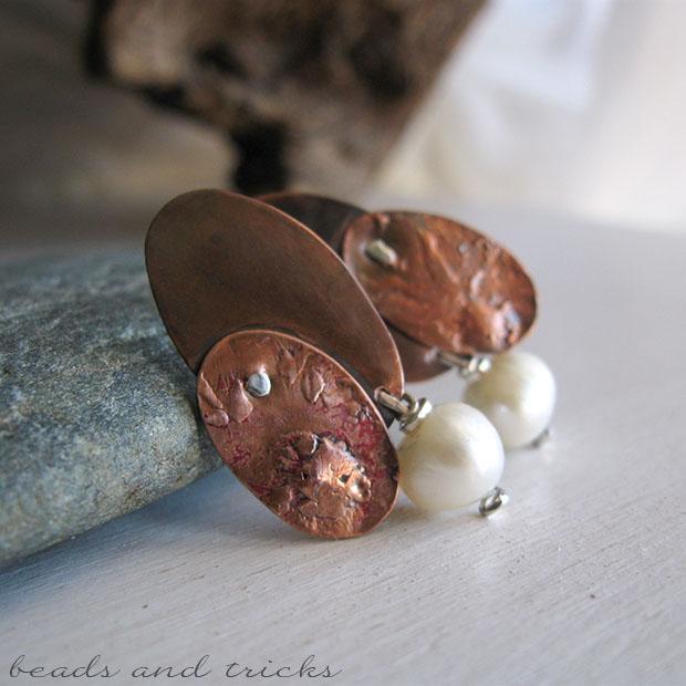 Orecchini a perno in rame reticolato e argento con perla di fiume