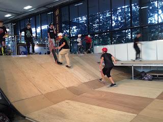 jovens praticando skate na adventure sports fair