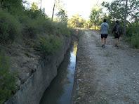 La caminada passa arran del Canal de la Central Elèctrica Jorba