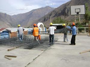 OPERARIOS EN PLENA FAENA DE CONSTRUCCION