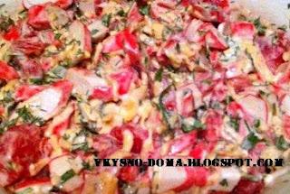 Салат с крабовыми палочками,сыром и помидором