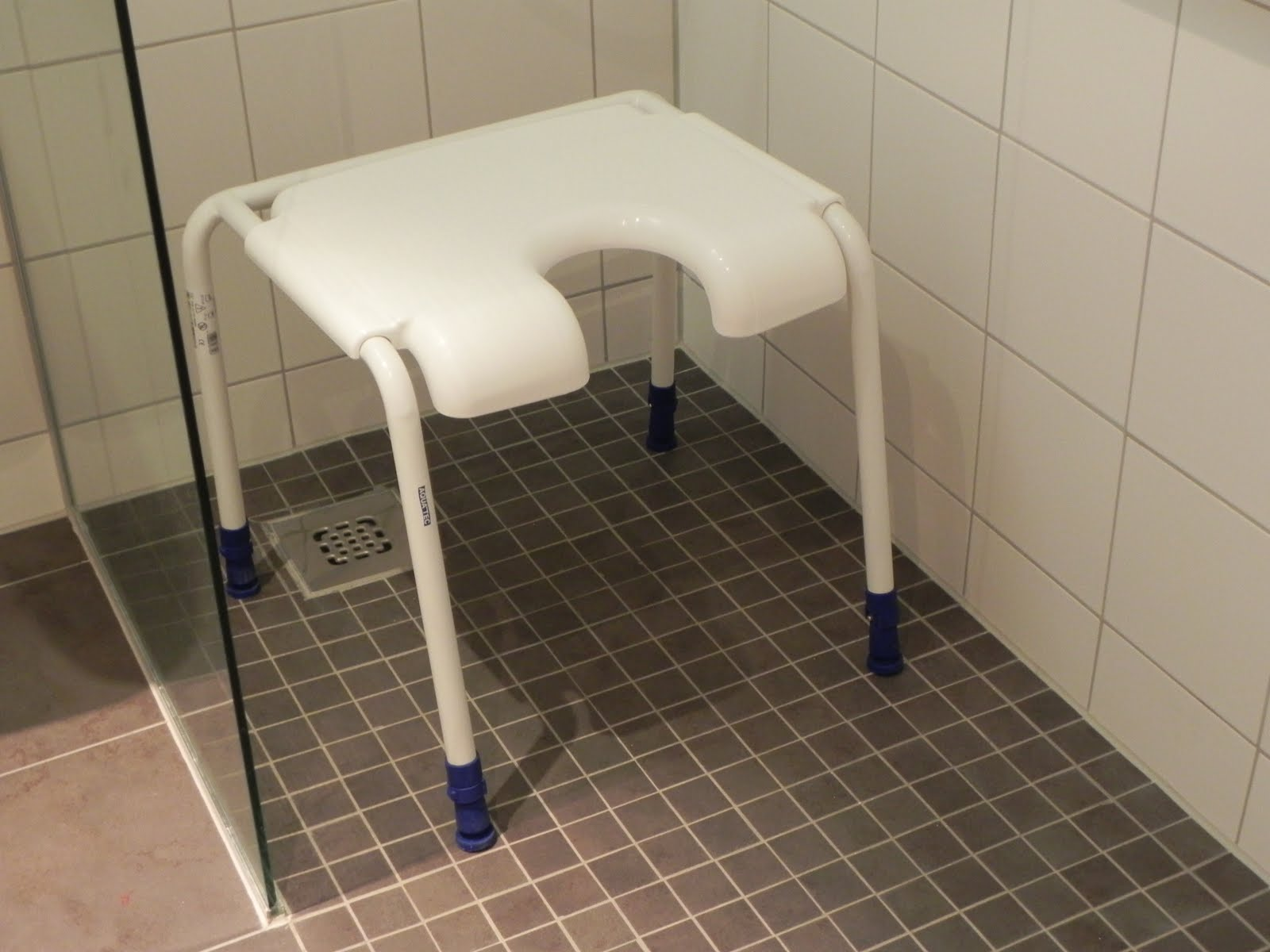 porta do banheiro acessível é do tipo correr possuindo fácil  #37365E 1600x1200 Banheiro Banho Cadeirante