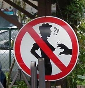 najsmesniji znakovi:  zabranjeno hvatanje za grudi