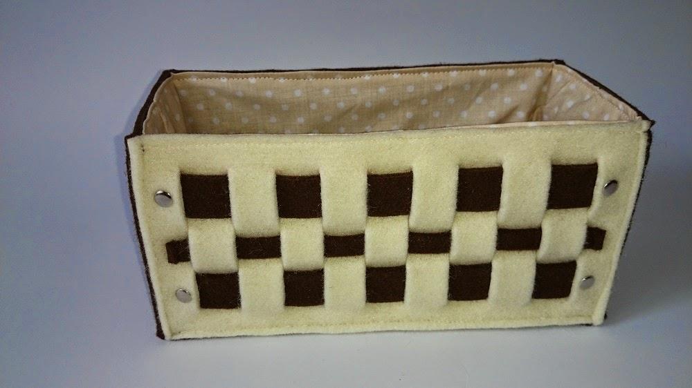 Jest to pudełeczko - koszyczek z 4mm brązowego filcu, ma plecioną aplikację w kolorze ecru na przodzie i podszewkę w groszki w środku. Pudełeczko zostało uszyte do zapakowanie prezentu, w tym przypadku na ślub pewnej Elizy ;) Filcowy koszyczek można użyć na różne drobiazgi, piloty do telewizorów i sprzętu rtv itp.