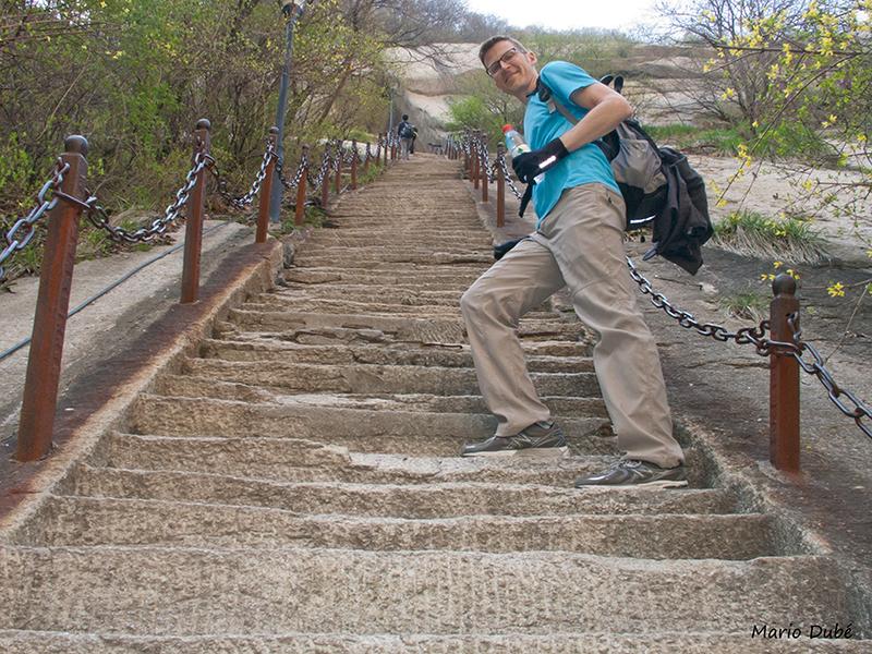 Marches taillées dans le roc au mont Hua (Chine)