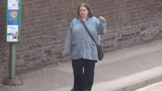 Une femme danse à un arret de bus (Video)