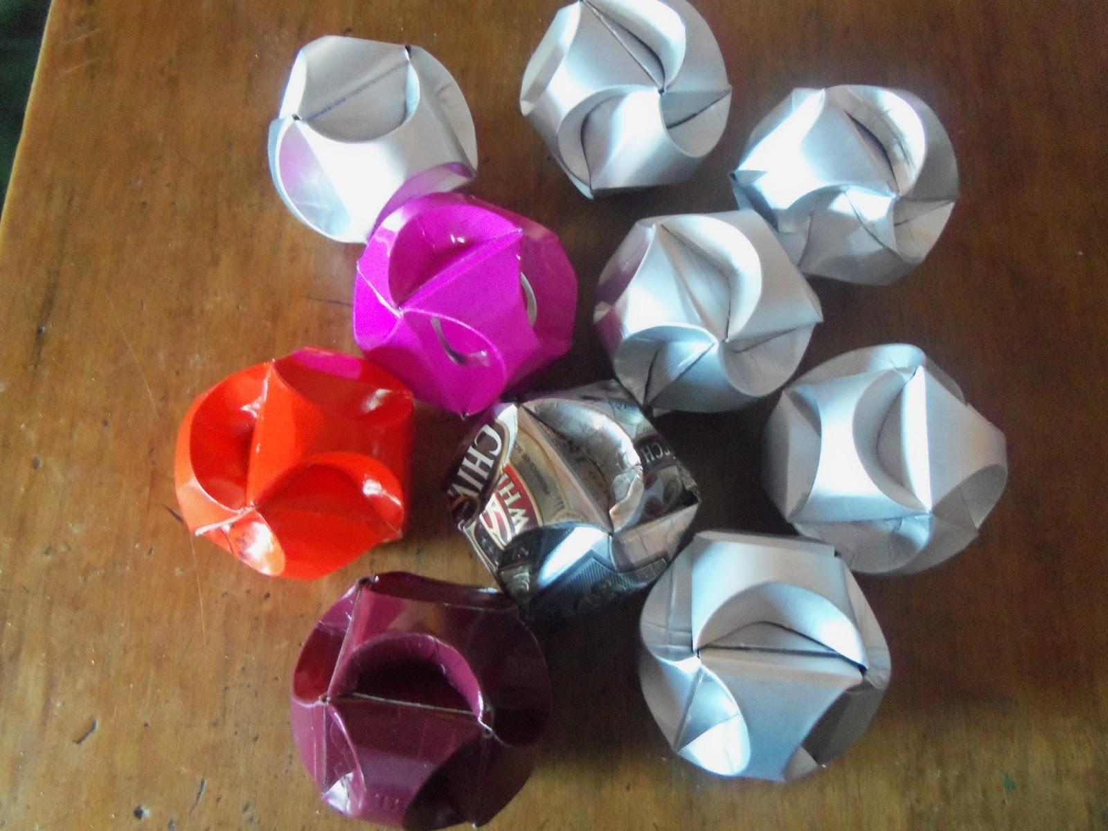 Reciclaje con artesania adornos navide os con tetrapack - Como se hacen adornos navidenos ...