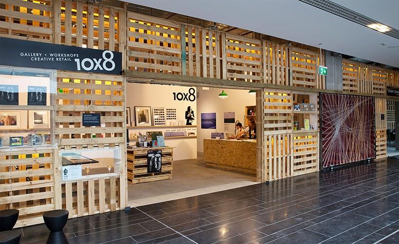 Salon de Exposiciones Construido con Palets Reciclados