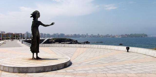 Gijón estatua lloca madre emigrante paseo maritimo