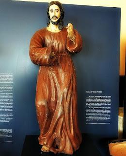 Escultura do Senhor dos Passos, na Igreja Matriz de São Nicolau. Escultura em madeira policromada, século 17 ou 18. Santo caminha com o braço esquerdo erguido e o direito em frente ao abdômen.