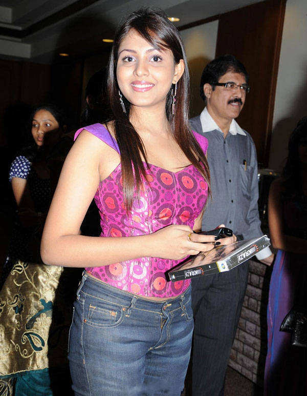 ALL COLLECTION WALLPAPERS: Honey Singh Wife Snaps