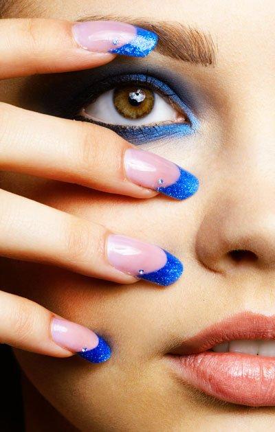 Kék glitter-köröm