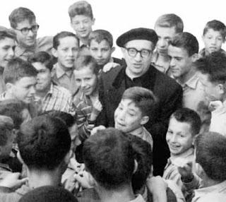 Don Francesco B. Della Torre con i ragazzi del Centro salesiano di Arese
