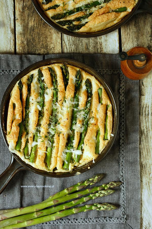 Pieczony omlet ze szparagami