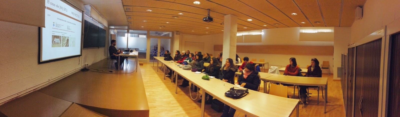 Jordi Seró Ferrer, fundador de [IN]SITU imparte una conferencia sobre un modelo de empresa cultural.