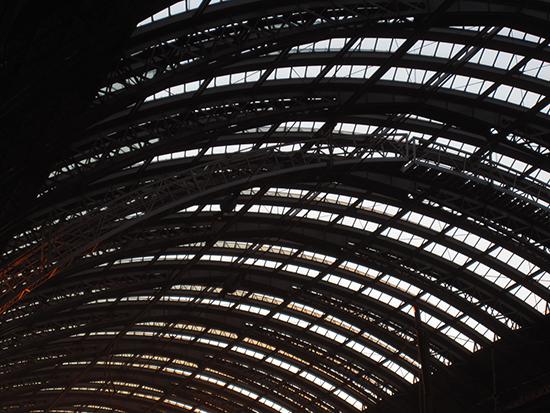 Dachkonstruktion eines Bahnhofs, Gleise überbrückend