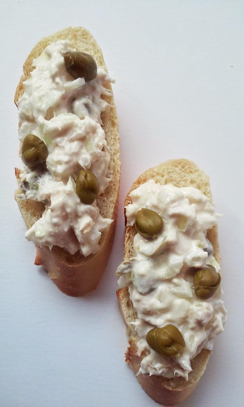 pincho de queso de untar y alcaparras