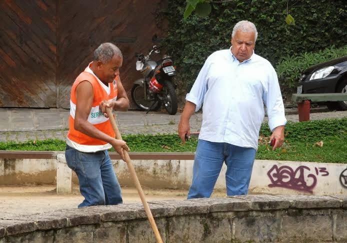 Secretário de Governo, José Carlos Cunha, acompanha manutenção especial nas praças