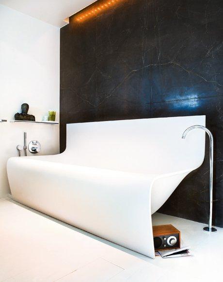 Schwarz-Weiß im Bad-Design: Mut zu neuer Badewanne