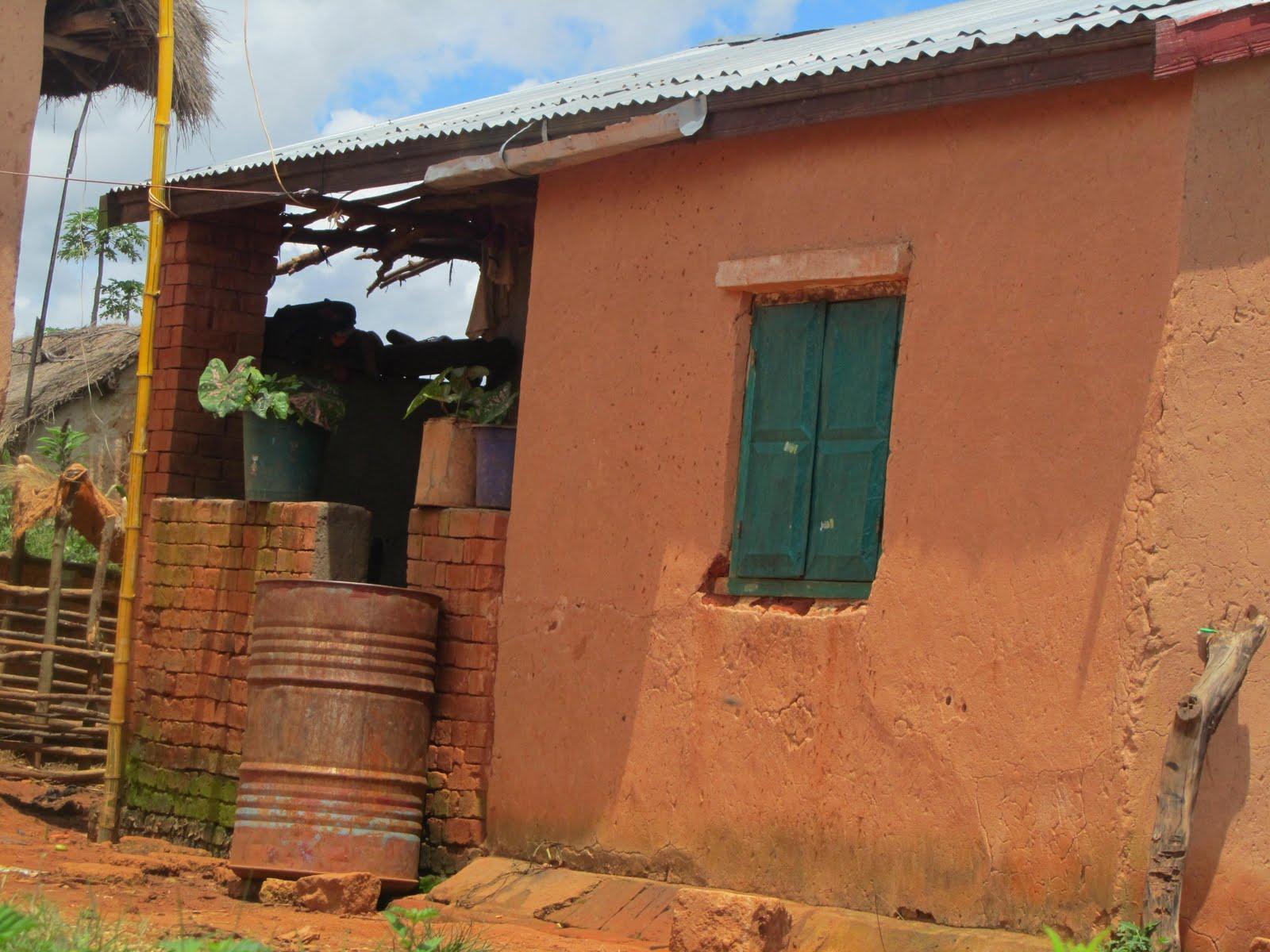 Commentaires la maison en pisé du petit paysan migrant moyen ouest on peut distinguer sur le toit en tôle la pièce en fer blanc qui récupère l eau