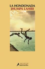 Desde la publicación de su primera colección de relatos ganadora del Premio Pulitzer el año 2000, la trayectoria literaria de Jhumpa Lahiri ha ido en continuo ascenso, hasta el punto de que hoy ocupa un lugar incuestionable en el selecto grupo de los autores contemporáneos más destacados en lengua inglesa. Si su anterior ob ra, Tierra desacostumbrada, multiplicó el número de sus entusiastas lectores fue considerado mejor libro de 2008 por The New York Times y se vendieron más de 700 mil ejemplares sólo en Estados Unidos, esta nueva novela ha vuelto a concitar la admiración de la crítica y ha sido finalista del Premio Booker y del National Book Award. Con sus minuciosos retratos de emigrantes indios marcados por un abrupto choque cultural, que los aboca a un inevitable conflicto de identidad, Lahiri teje un delicado y complejo tapiz de las emociones humanas que fascina por su profundidad y carácter universal.Los hermanos Subhash y Udayan viven en un humilde barrio de Calcuta donde, durante la temporada de lluvias, un lecho seco entre dos lagunas se transforma en un gran espejo de agua. Allí, en la hondonada, transcurre su infancia, jugando al fútbol o nadando, a merced de la naturaleza. Pero la hondonada es algo más que un pedazo de tierra. Es el vacío en el corazón de los hermanos cuando empiezan a crecer y sus caminos se separan de forma inexorable, uno en la India y el otro en Rhode Island. Años después, cuando la tragedia irrumpe en sus vidas, Subhash regresa a su país con la esperanza de recomponer una familia desgarrada a consecuencia de los actos de Udayan, que afectarán a los destinos de su joven esposa, de sus padres y de su hermano mayor.