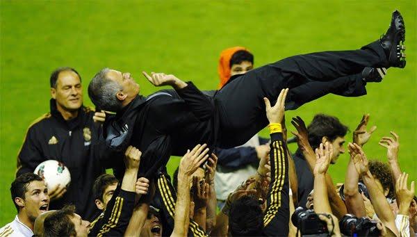 José Mourinho manteado por jugadores Real Madrid campeón de Liga