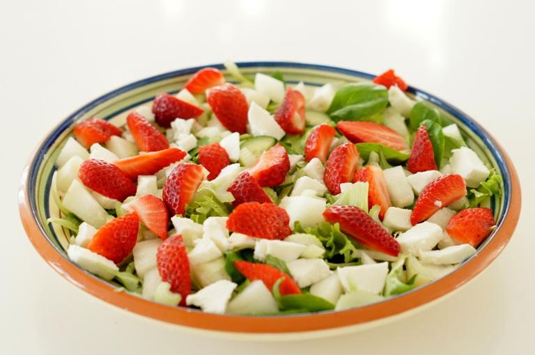 Mansikka-mozzarellasalaatti ja  parsaa